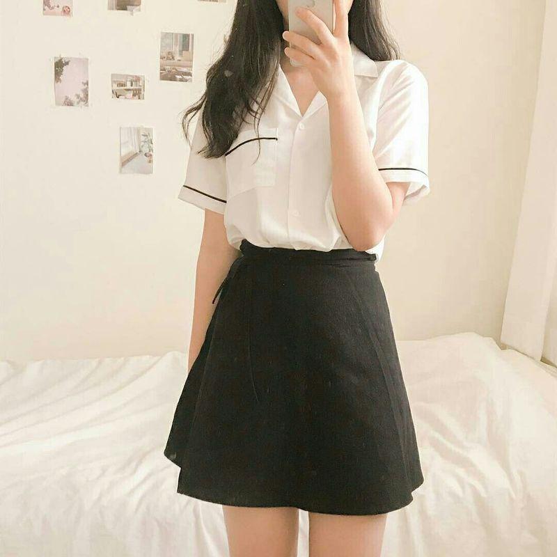 เสื้อขาว กระโปรงดำ